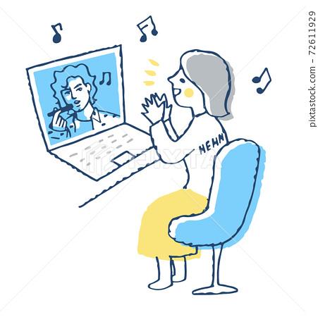 一個女人在筆記本電腦上欣賞視頻 72611929