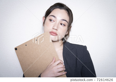 Business woman's portrait 72614626