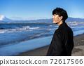 一個人看著大海在旅行目的地[插圖] 72617566