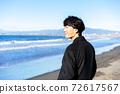 一個人看著大海在旅行目的地[插圖] 72617567