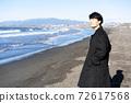 一個人看著大海在旅行目的地[插圖] 72617568