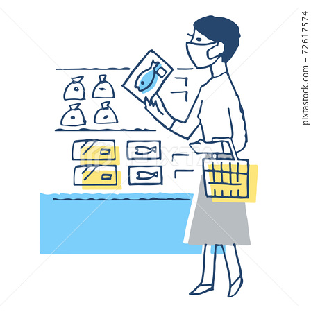 戴著面具,在一家超市購物的女人 72617574