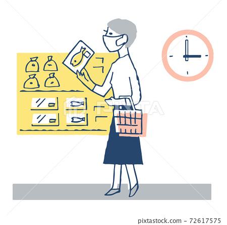 非高峰購物婦女在超市購物 72617575