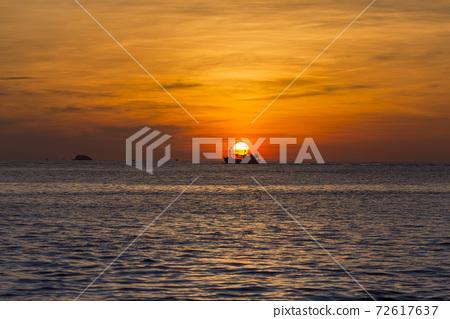 Dawn at sea 72617637