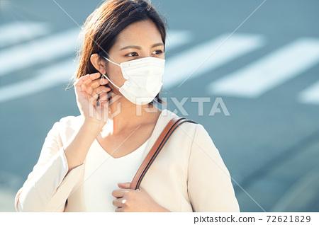 戴著面具上下班的女人 72621829