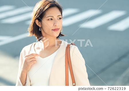 通勤的女商人 72622319