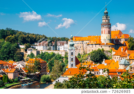 Panoramic view of Cesky Krumlov old town in Czech Republic 72626985