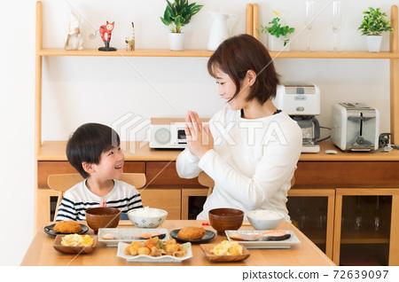 아침 밥을 먹고 엄마와 아이 등 72639097