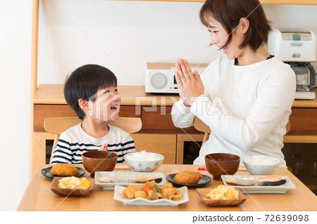 아침 밥을 먹고 엄마와 아이 등 72639098