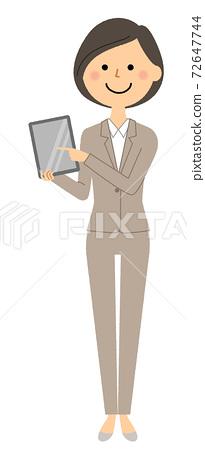 平板電腦與西裝的女人 72647744