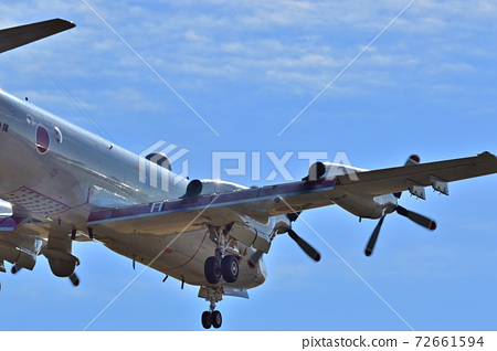 착륙하는 비행기 72661594