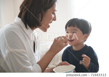 母親和男孩撫養孩子的育兒形象 72663313