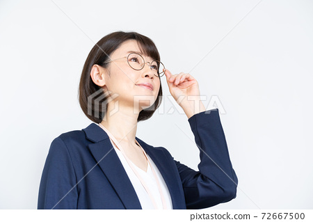 女人戴著眼鏡在白色背景上的肖像 72667500