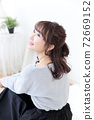 Young lady's hair style 72669152