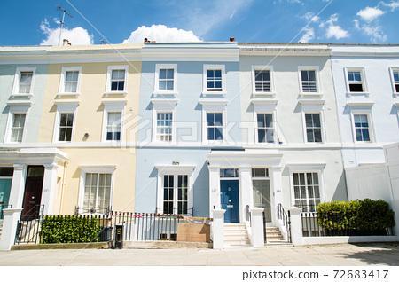 在明亮的陽光下倫敦粉彩房子 72683417