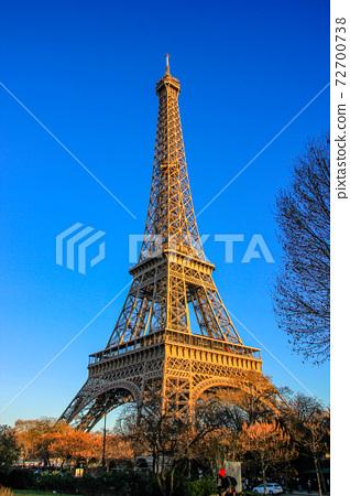 에펠 탑 파리 푸른 하늘 2016 72700738