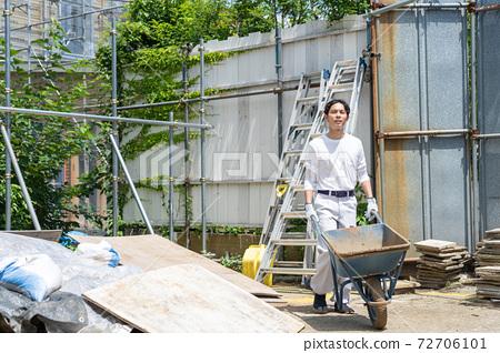 在建築工地工作的年輕男性工人 72706101