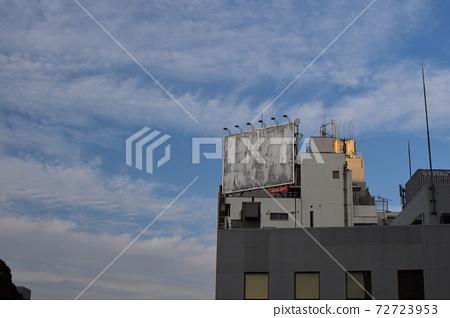 푸른 하늘과 낡은 간판 72723953