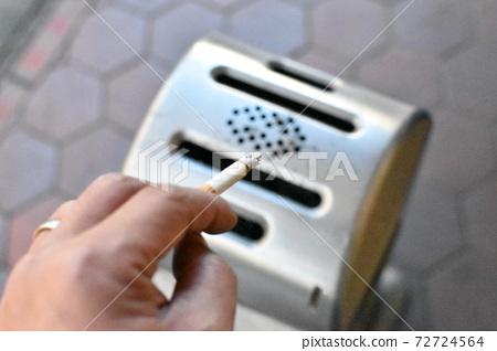 스탠드 형 재떨이와 담배 72724564
