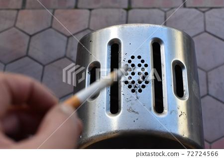 스탠드 형 재떨이와 담배 72724566