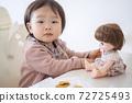 인형에 비스킷을주는 아기 72725493