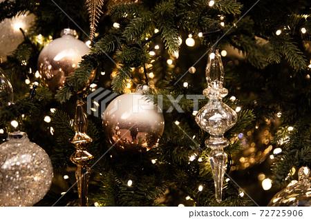 즐거운 크리스마스를 화려하게 비춰주는 크리스마스트리와  반짝이는 장식물 72725906