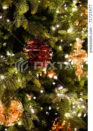 즐거운 크리스마스를 화려하게 비춰주는 크리스마스트리와  반짝이는 장식물 72725977