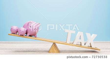蹺蹺板存錢罐和稅收業務概念 72730538