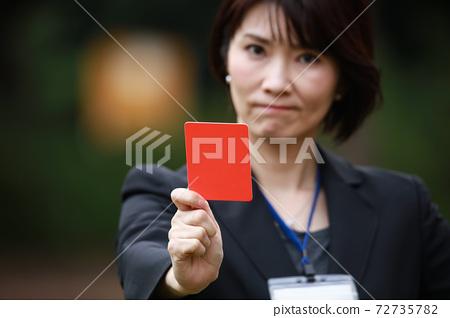 發行紅牌的女員工 72735782