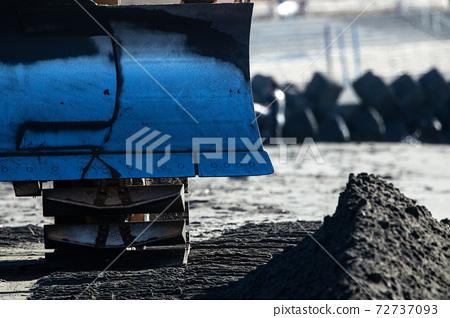 해수면 상승하고있는 해변에 모래를 넣는 공사 현장에서 활약하는 일하는 자동차 정면 72737093