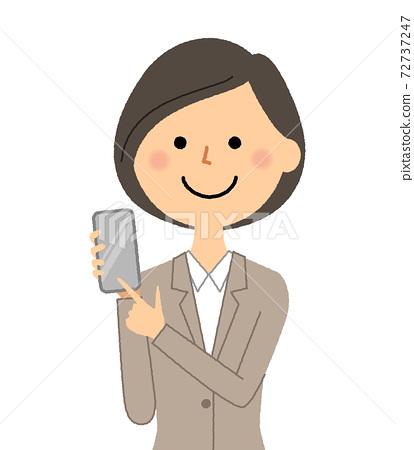 有一套衣服的一名婦女與智能手機 72737247