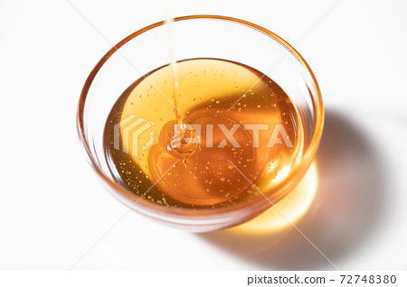 Honey syrup poured into a glass ball 72748380