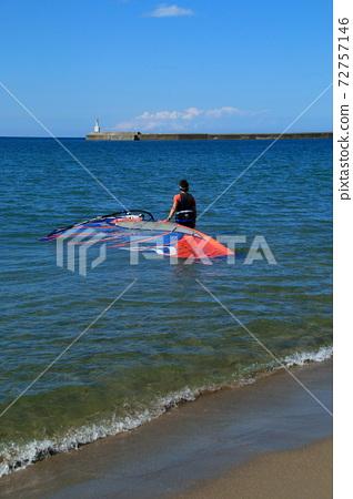 윈드 서핑을 바다로 운반 남성 72757146
