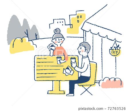 夫婦在露台座位上用餐 72763526