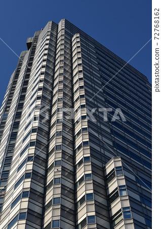 오피스 거리의 고층 빌딩 72768162