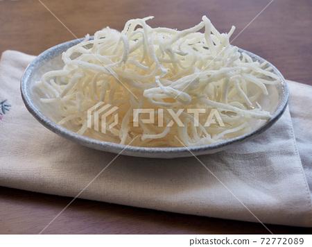 Dried squid slices, food ingredients 72772089