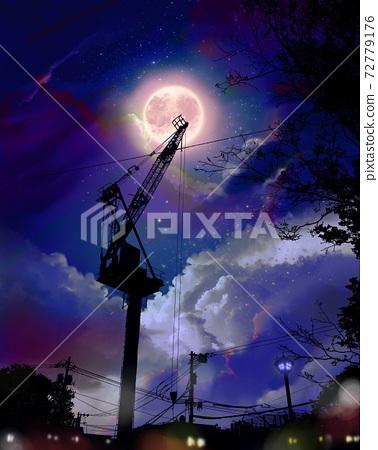 빛나는 밤하늘과 달과 구름을 배경으로 크레인과 밤의 도시의 실루엣 72779176