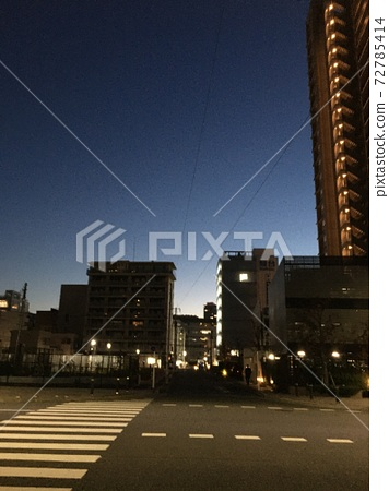 Early morning sky view of the city 72785414