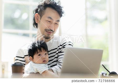 在保護孩子的同時進行遠程辦公的男人 72786666