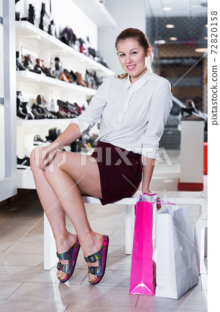 Young woman is posing with new handbag and fashion footwear 72820158