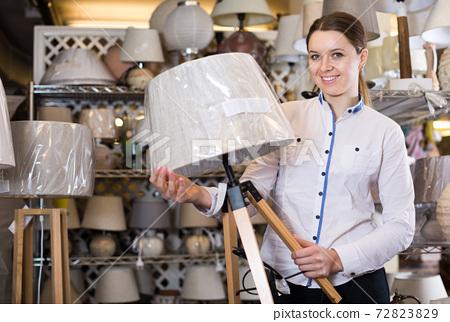 female vendor shows lamp 72823829