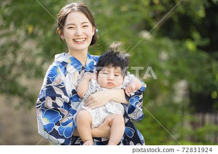 浴衣女人和她的8個月大的兒子外出 72831924