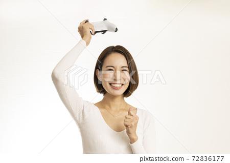 비디오 게임을 즐기는 아름다운 여성 / 게임에 미쳐 여성 / 게임 소개하는 여성 72836177