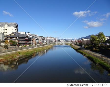 Scenery of Kamogawa on the north side seen from Gojo Ohashi 72838177