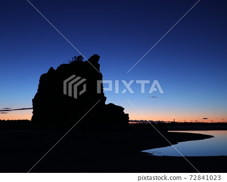 Shadow and light, silhouette of gradient rock before sunrise 72841023