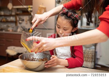 과자 만들기를하는 부모와 자식 72855053
