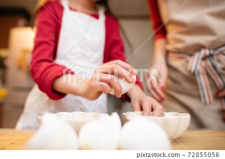 과자 만들기를하는 부모와 자식 72855056