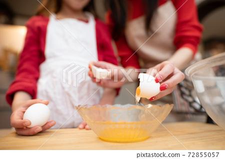 과자 만들기를하는 부모와 자식 72855057