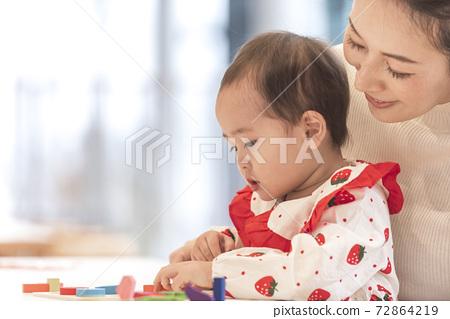 父母在玩積木 72864219