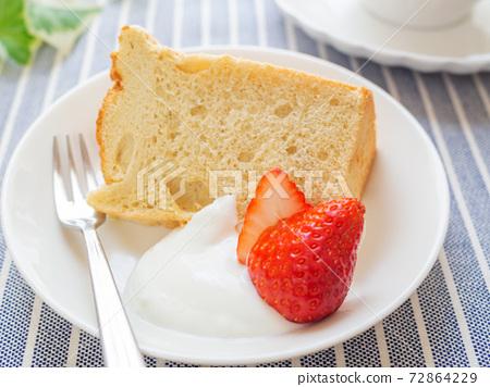 戚風蛋糕奶油和草莓 72864229